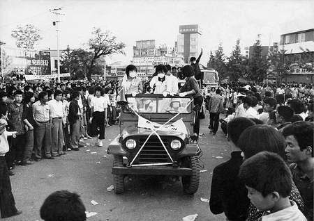 계엄군에 의해 희생된 시민을 도청 앞 분수대로 운구하는 시위대(1980) 계엄군에 의해 희생된 시민을 도청 앞 분수대로 운구하는 시위대(1980)